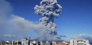 El volcán Sakurajima, en el sudoeste de Japón, ha vuelto a entraren erupción a las 12:02 de la madrugada en el crater Showa, lanzando cenizas al cielo a una altura de hasta 5.000 metros