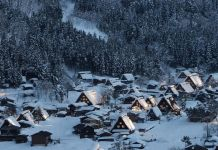 Villa de Shirakawago cubierta de nieve