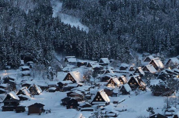 Japón en invierno: la villa de Shirakawago nevada
