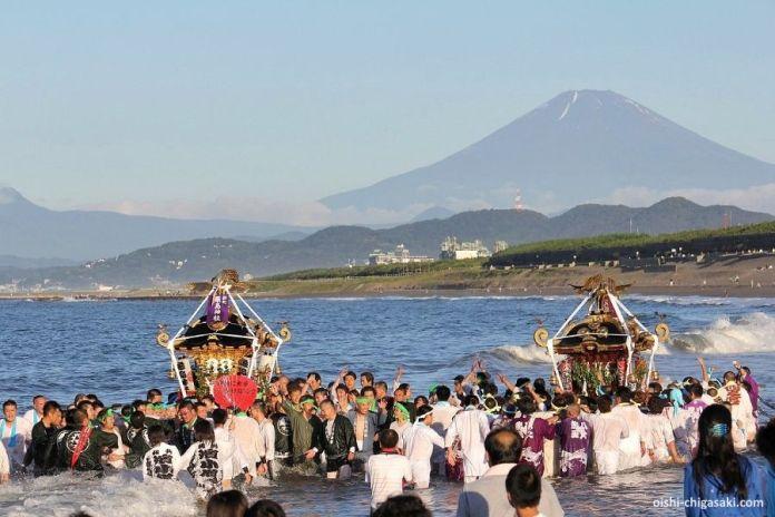 Festivales de Japón: el festival Hamaori Sai de Chigasaki (Kanagawa) se celebra el Día del Mar con un antiguo ritual de purificación de altares sintoistas en el océano.