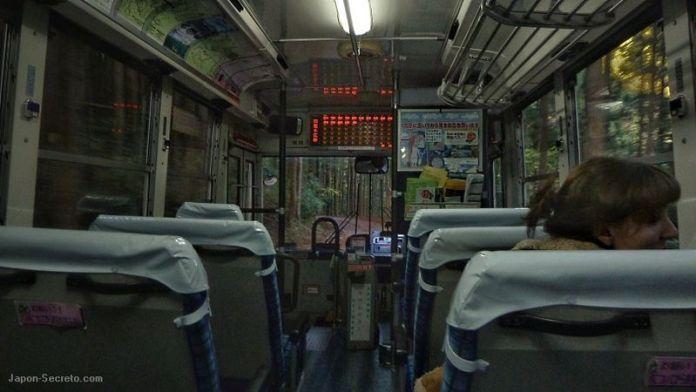Viajando en autobús por los angostas carreteras de bosque de Kumano Kodo