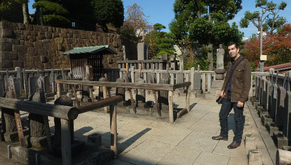 Visitando la tumba de los 47 samurais ronin de Ako, en el Templo Sengakuji (Tokio)
