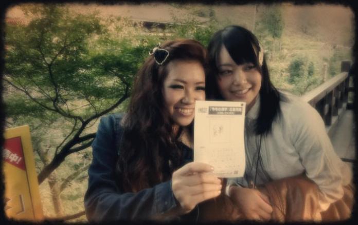 Mana y Chiori rellenando la encuesta del Kanji del Año (noviembre de 2011)