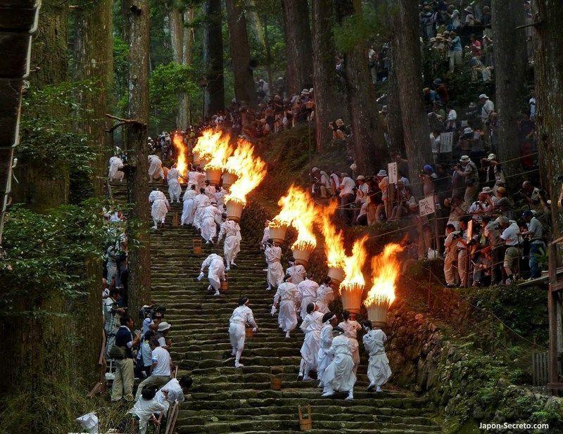 El espectacular festival del fuego de Nachi o Nachi No Ōgi Matsuri (那智の扇祭り), celebrado el 14 de julio en Nachi Taisha, en pleno Kumano Kodo