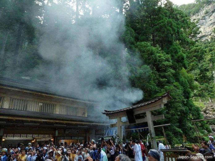 El festival del fuego de Nachi o Nachi No Ōgi Matsuri (那智の扇祭り), celebrado en julio en Nachi Taisha, en pleno Kumano Kodo