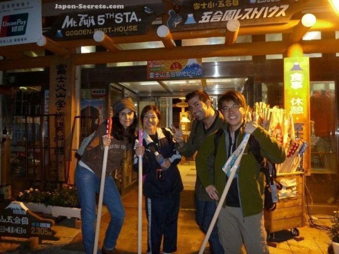 Tras cenar algo justo antes de comenzar el ascenso. Guía para subir al Fuji (japon-secreto.com)