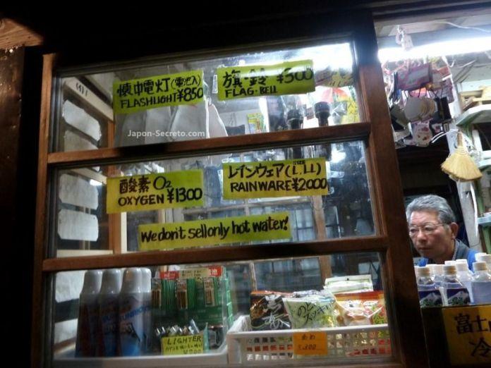 Tienda situada de camino a la cima. Guía para subir al Fuji (japon-secreto.com)