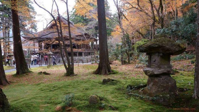 Visitando el templo Sanzen-in (三千院) en Ōhara (Kioto) en otoño. Japón Secreto