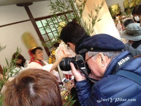 Abuelo japonés tomando fotos de las guapas chicas del festival Toka Ebisu de Osaka