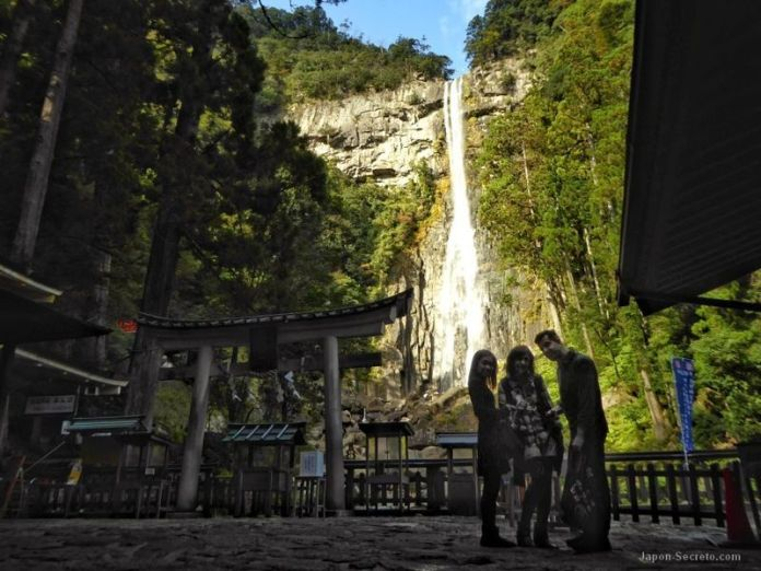 Ante la cascada de Nachi en Kumano (Wakayama, Japón)