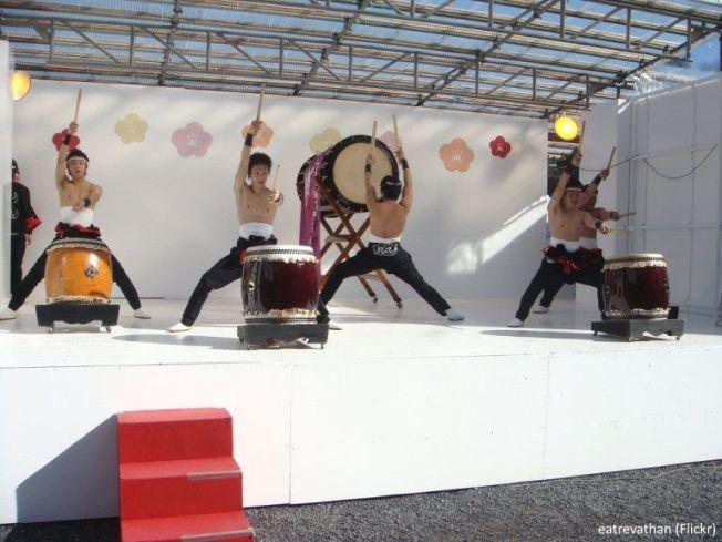 Festivales de Japón: el El Atami Baien Ume Matsuri (熱海梅園梅まつり), uno de los más famosos festivales de ciruelos en flor de todo Japón (Atami, prefectura de Shizuoka). Demostración de taiko