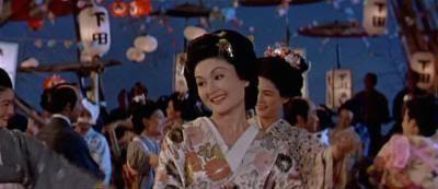 """La bella Okichi bailando bonodori en """"El Bárbaro y la Geisha"""" (""""The Barbarian and the Geisha"""", 1958)"""