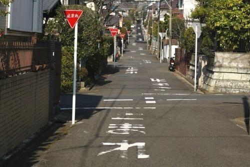 Señales de stop en una callejuela de Japón