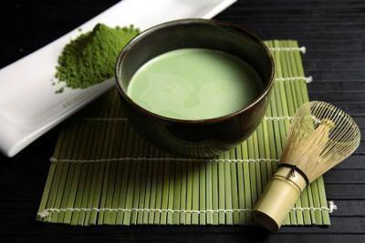 Té verde maccha, chakin, cuenco y chasen para ceremonia del té en Japón
