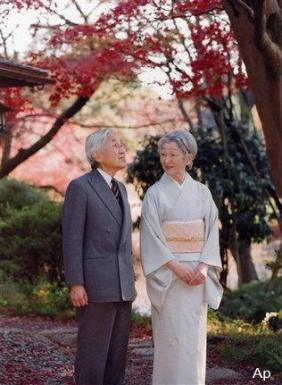 El emperador Akihito y la emperatriz Michiko admirando el otoño en un jardín del Palacio Imperial en Tokio, en una foto de archivo del pasado 29 de noviembre. (Foto: AP/Agencia Imperial de Japón)