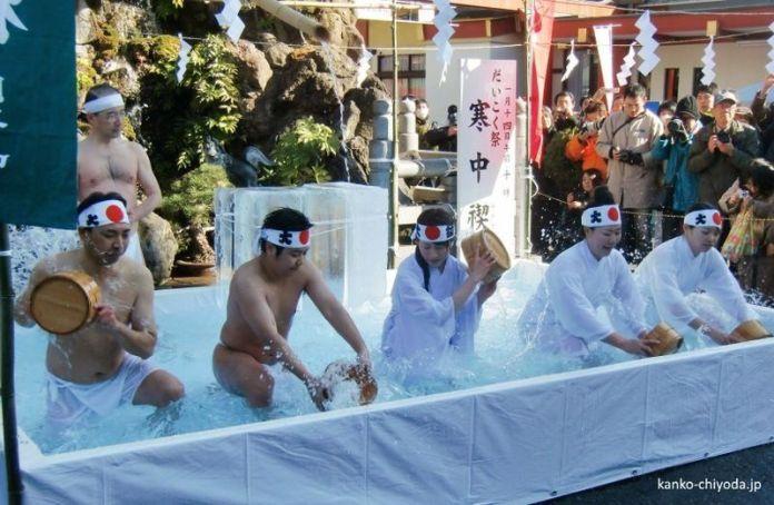 Ritual de purificación durante el Daikoku Matsuri del santuario Kanda Myojin de Tokio
