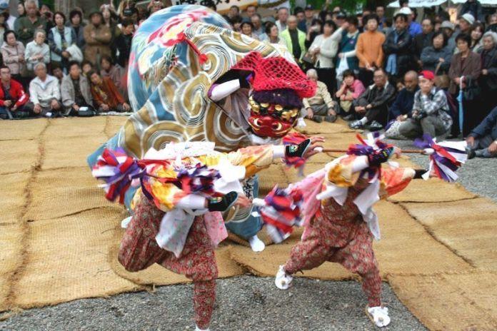 Festivales de Japón: baile del león (shishimai) del Doburoku Matsuri de Shirakawago