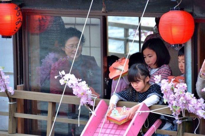 Festivales de Japón: el festival Edo Nagashi Bina (江戸流しびな) celebrado a finales de febrero en el parque Sumida (隅田公園), en Tokio, para celebrar el Hina Matsuri o Día de las Niñas (雛祭).