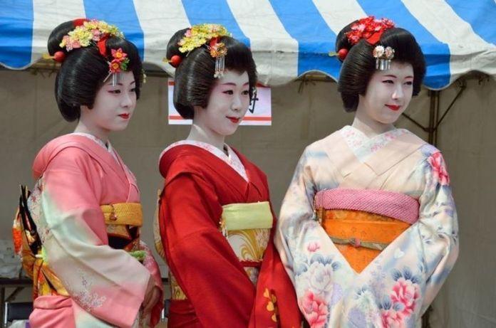 Geishas durante el festival Edo Nagashi Bina (江戸流しびな) en el parque Sumida (隅田公園), en Tokio