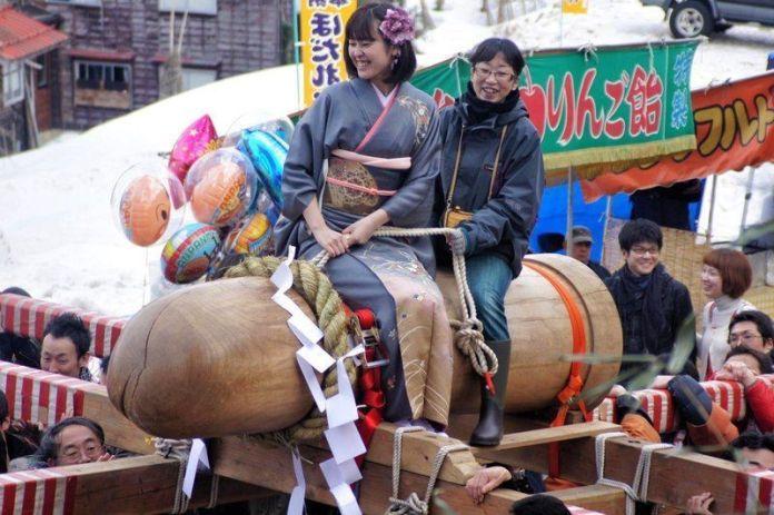 Festivales de Japón: el Hodare Matsuri (ほだれ祭) un festival de la fertilidad celebrado el segundo domingo de marzo en Nagoka, durante el cual se puede cabalgar sobre un enorme pene de madera