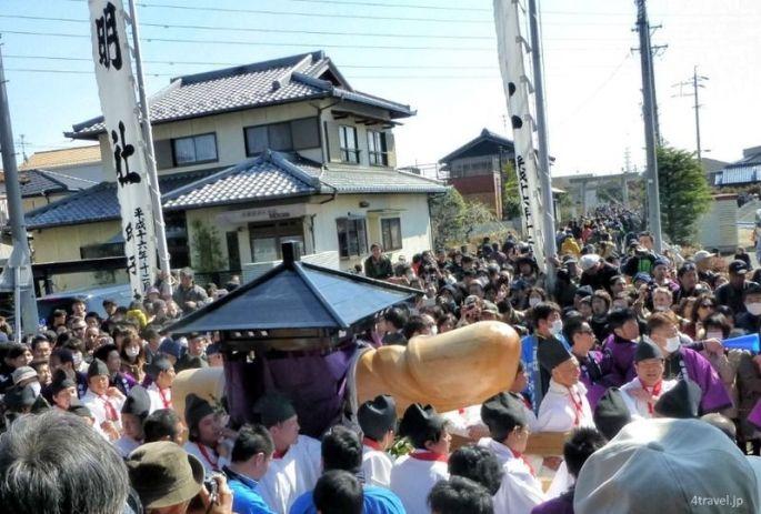 Festivales de Japón: el Hōnen Matsuri (豊年祭) o Festival del Pene, celebrado cada año el 15 de marzo en el santuario Tagata (田縣神社) de la ciudad de Komaki, en la prefectura de Aichi