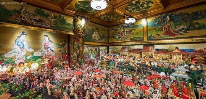Festivales de Japón: el Hyakudan Hinamatsuri (百段雛まつり), un festival celebrado cada año de mediados de enero a mediados de marzo en Meguro Gajoen (目黒雅叙園), un edificio histórico situado al este de Shimomeguro (Tokio), con motivo de la celebración del Hinamatsuri o Día de las Niñas.