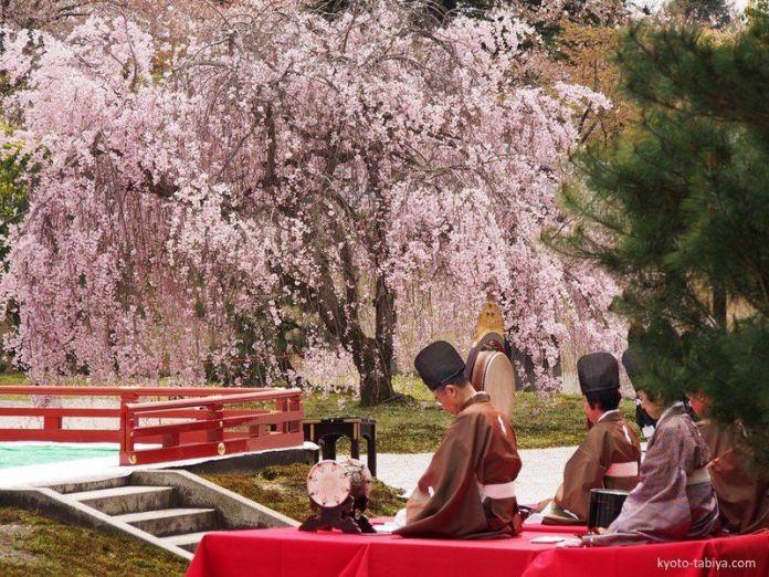 Festivales de Japón: Kadō Matsuri (華道祭, festival del arte con las flores) es un festival celebrado a comienzos de abril en el precioso templo Daikakuji (大覚寺), situado en el área de Saga-Arashiyama (Kioto)