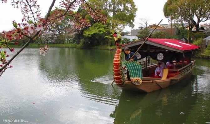 Paseo por el estanque Osawa durante el Kadō Matsuri (華道祭, festival del arte con las flores) del templo Daikakuji (大覚寺), de Arashiyama (Kioto)