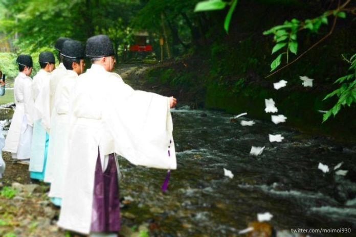 Ritual Nagoshi No Harae en el santuario Kifune (cerca de la ciudad de Kioto)