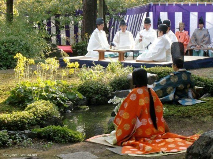 El Kyokusui No Utage, un delicado entretenimiento japonés muy popular en la antigüedad que mezcla poesía y sake. Aún se celebra en Kioto.