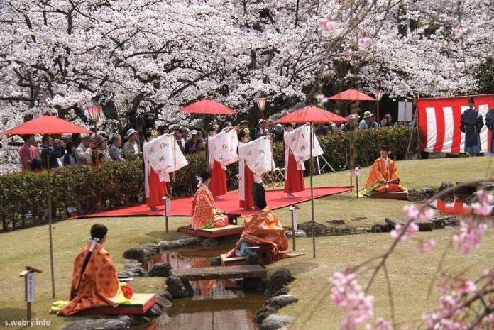 Kyokusui No Utage en primavera, con los cerezos en flor
