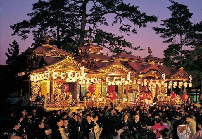 Festivales de Japón: el Nagahama Hikiyama Matsuri (長浜曳山まつり) es un festival en el que preciosas carrozas sirven de escenario para teatro kabuki representado por niños