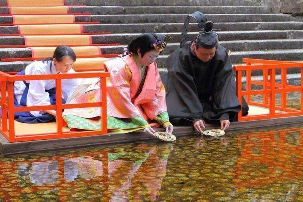 El Nagashibina (流し雛) es un ritual celebrado con motivo de la festividad del Hinamatsuri o Día de las Niñas, es decir, cada 3 de marzo.