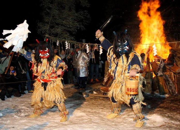 Festivales de Japón: el Namahage SedoMatsuri (なまはげ柴灯まつり) en la prefectura de Akita. Monstruos asustan a niños.