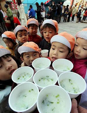 Niños en la escuela a punto de comer sopa nanakusagayu