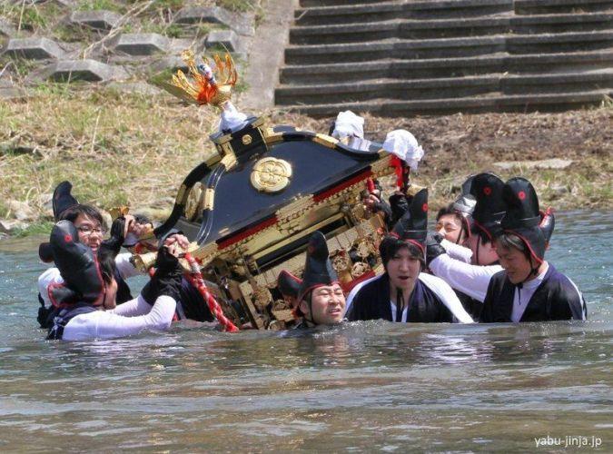 Cruzando el río durante el festival Ohashiri Matsuri de Yabu (prefectura de Hyōgo)