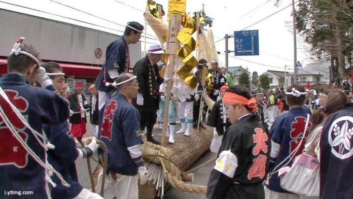 Festivales de Japón: el Ono Onbashira de Shiojiki, celebrado una vez cada siete años. Participantes con chaqueta happi y pañuelo nejiri hachimaki