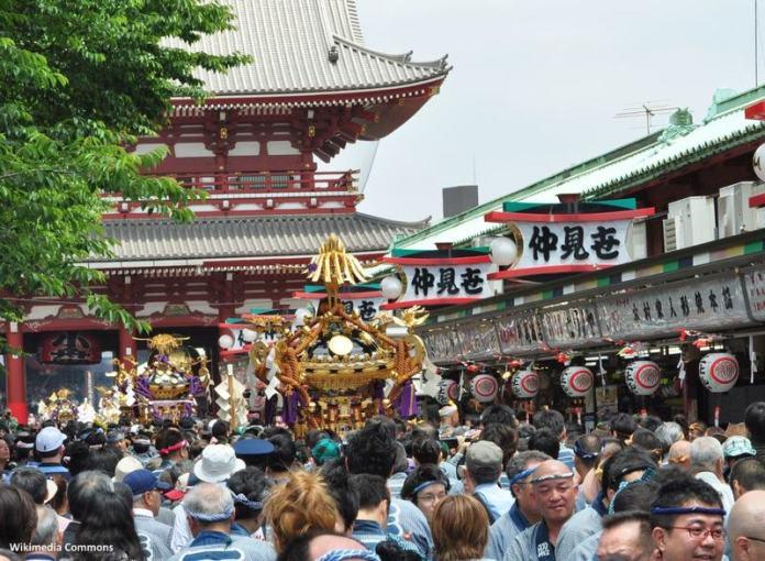 Festivales de Japón: el Sanja Matsuri (三社祭), uno de los tres festivales sintoistas más importantes de Tokio, además de uno de los más abarrotados y salvajes, donde suele participar la yakuza (mafia japonesa)