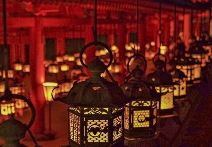 Más de 3.000 faroles encendidos en el santuario Kasuga Taisha de Nara durante el festival Chugen Mantoro