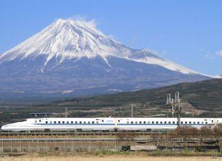 Tren bala (Shinkansen) y monte Fuji al fondo