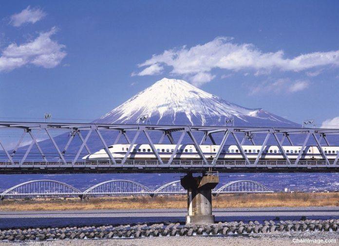 Icónica imagen del shinkansen (tren bala) viajando con el Monte Fuji al fondo. Aquí explicamos dónde tomar esa foto.