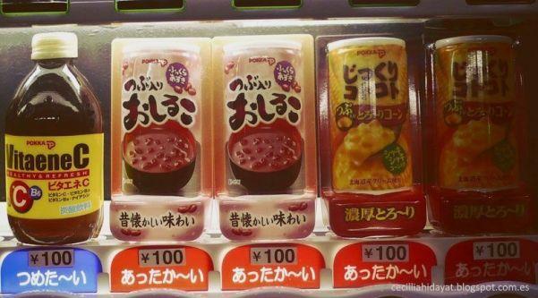 Latas con sopa caliente de anko y de maíz en máquina expendedora de Japón
