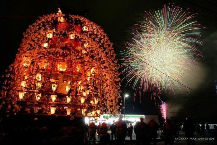Linternas encendidas en las carrozas del espectacular festival Yamada No Harumatsuri (山田の春祭り) en Chichibu (Saitama)
