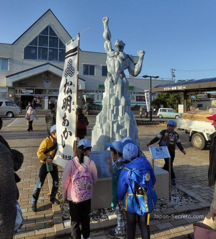 Festival Taimatsu Akashi: niños mirando una estatua de personaje de manga delante de la estación de Sukagawa el día del ritual de fuego