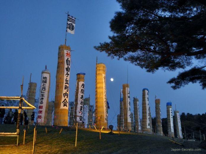 Festival Taimatsu Akashi: las enormes Taimatsu ya colocadas en el monte Gorozan para comenzar el ritual de fuego. La luna llena al fondo