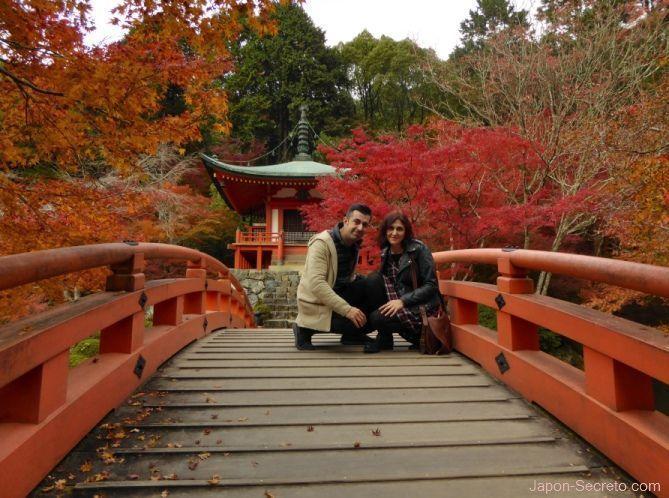 En el puente hacia Bentendo en otoño. Templo Daigoji (Kioto)