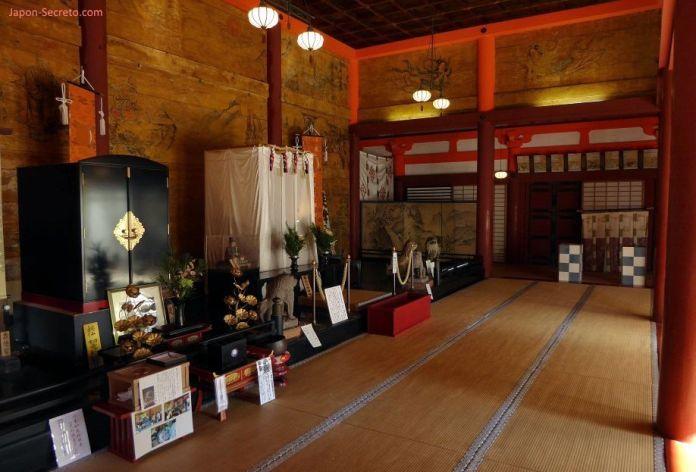 """Santuario Tanzan (""""Tanzanjinja"""", 談山神社) en Sakurai (prefectura de Nara). Sala de los tesoros y las reliquias."""