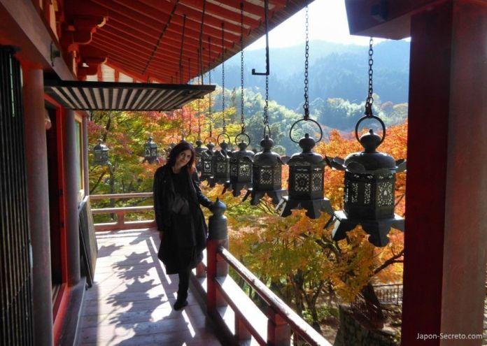 Balcón de los faroles de bronce del santuario Tanzan (談山神社) en Sakurai (prefectura de Nara)