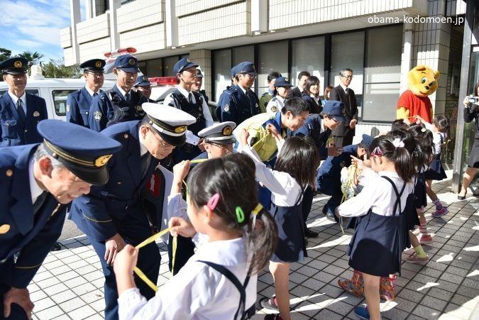 """Ritual de agradecimiento al esfuerzo de los policías en Japón durante el Día del Agradecimiento por el Trabajo (勤労感謝の日, """"Kinrō Kansha No Hi"""")."""