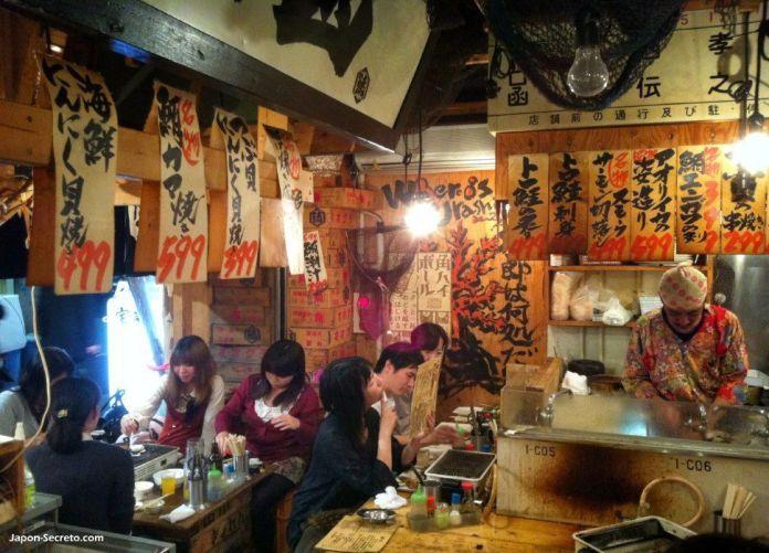 Omoide Yokocho (思い出横丁), unos fascinantes callejones para descubrir en el corazón del populoso barrio de Shinjuku (Tokio, Japón). Interior de uno de los restaurantes.